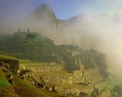 Machu Picchu in Dawn Mist, Cordillera de Vilcabamba Sacred Valley, Perú